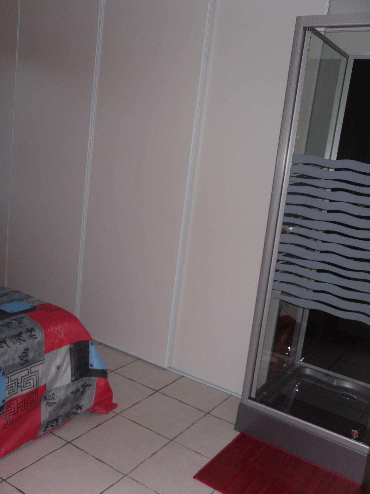 Une chambre rouge et blanc for Chambre commerciale 13 novembre 2013