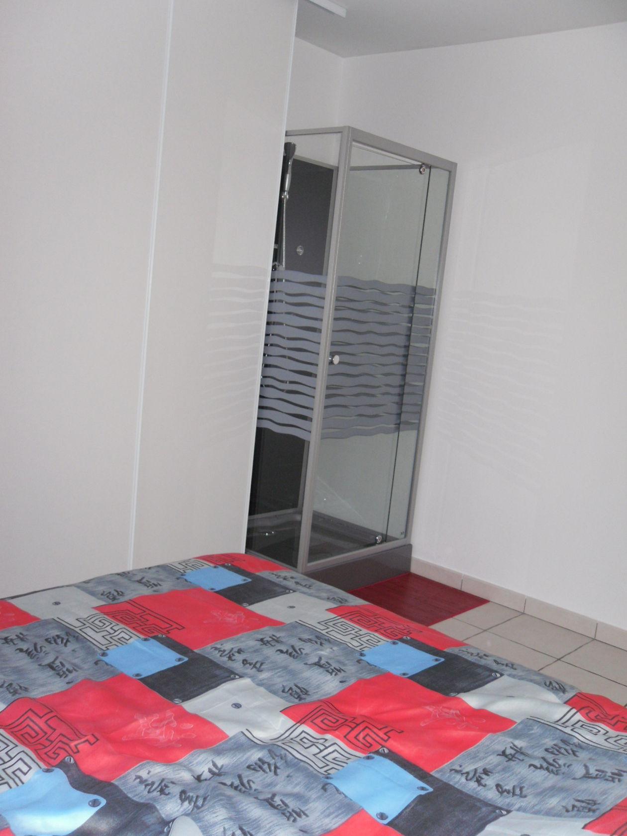 une chambre rouge et blanc. Black Bedroom Furniture Sets. Home Design Ideas